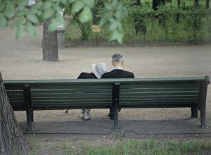 Архивное фото пожилых людей в парке