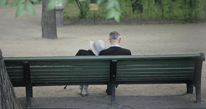 Архивное фото пожилой пары в осеннем парке