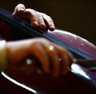 Архивное фото игры на виолончели