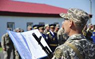 Архивное фото солдата, зачитывающего присягу