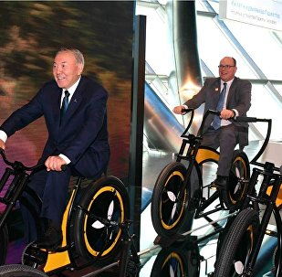 Нұрсұлтан Назарбаев пен Альбер II велосипед теуіп жүр