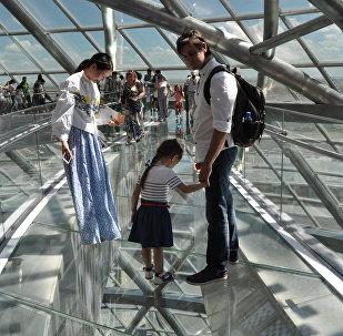 Стеклянный мост в национальном павильоне Казахстана