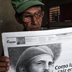Житель района Сантьяго де Куба читает сообщение о смерти Фиделя Кастро