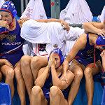 Игроки сборной России следят за пробитием послематчевых пенальти в игре за третье место между сборными командами Венгрии и России на соревнованиях по водному поло среди женщин на XXXI летних Олимпийских играх