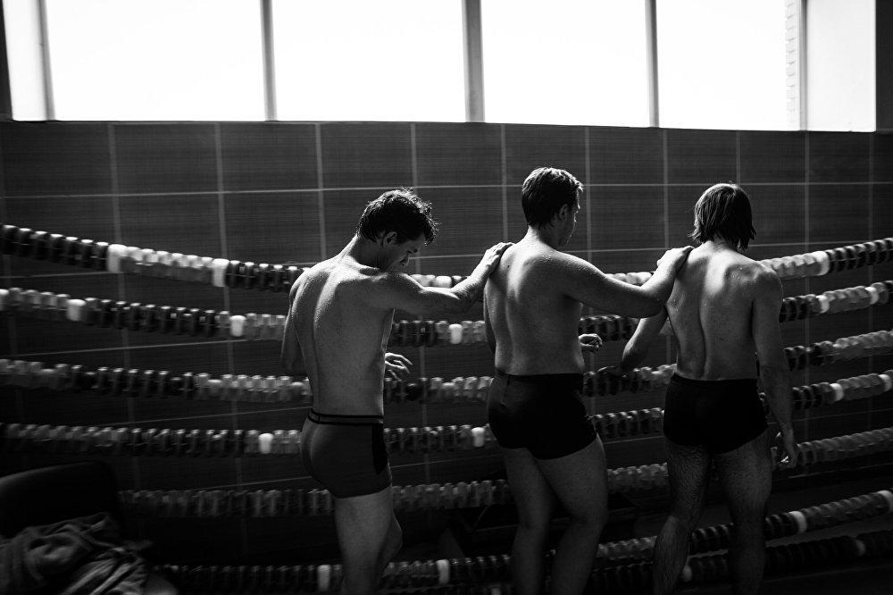 Члены паралимпийской команды передвигаются, положив руки друг другу на плечи