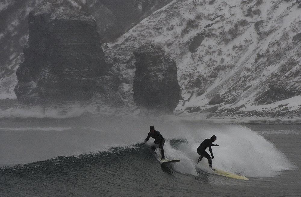Серфингисты в акватории Уссурийского залива в бухте Чернышева на острове Русский