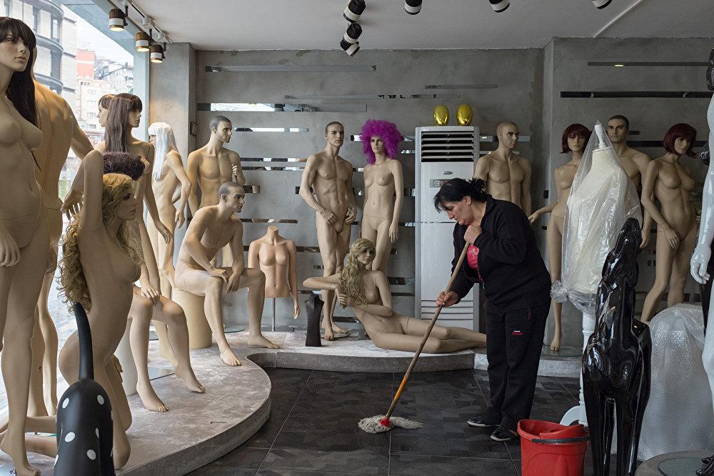 В одном двухэтажном или трехэтажном здании изготавливаются и собираются манекены полностью от нуля вручную