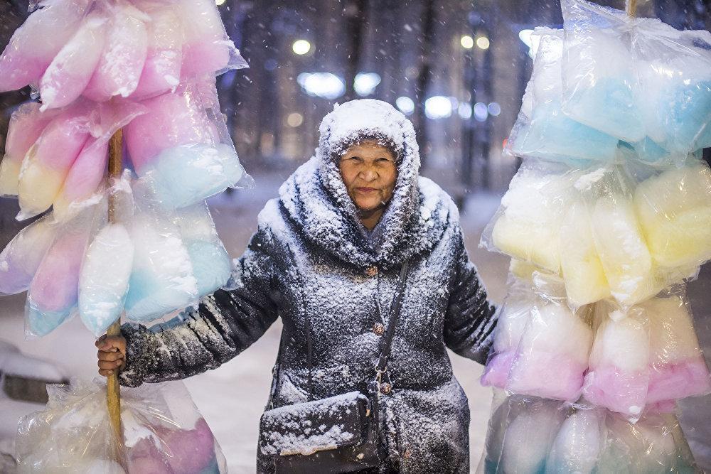 Продавщица сладкой ваты во время метели в Бишкеке