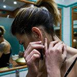 У девушки Амбры есть татуировка Что? за ухом, которое полностью потеряло способность слышать