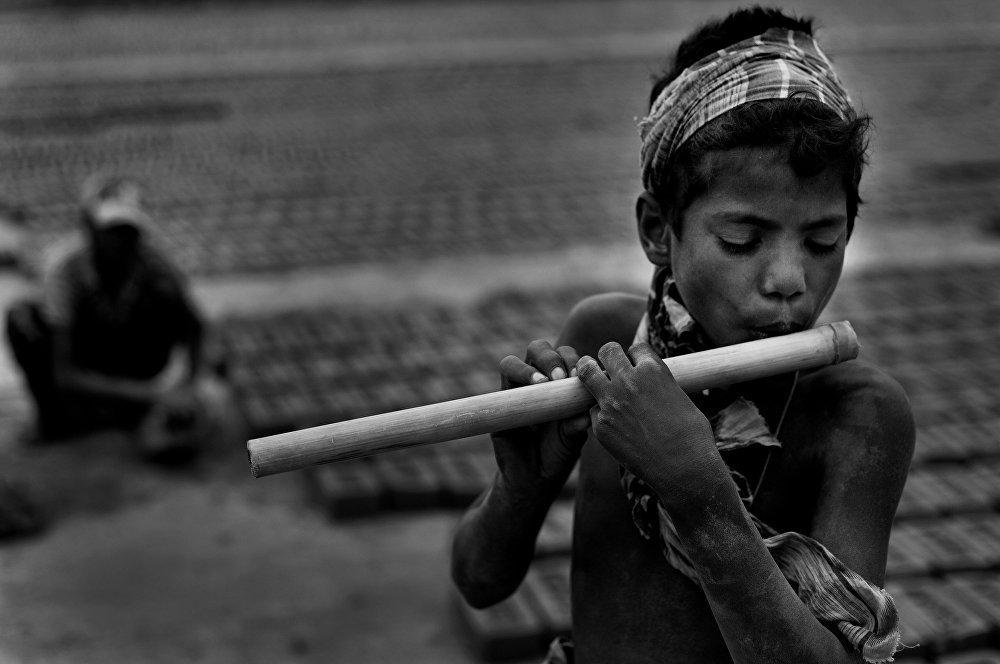 Шафик (11 лет) обожает играть на флейте, как только выделяется минутка