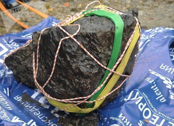 Фрагмент челябинского метеорита, поднятый со дна озера Чебаркуль