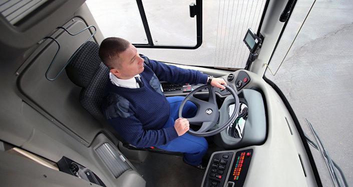 Водитель в кабине общественного транспорта
