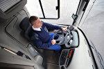 Водитель в кабине общественного транспорта, архивное фото