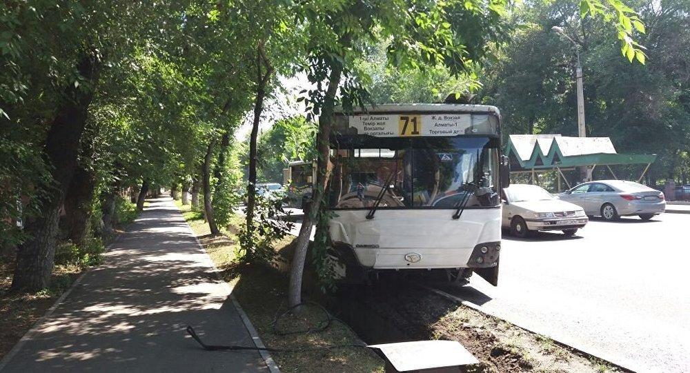 Авария с участием автобуса на проспекте Суюнбая