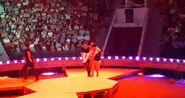 Канатоходец сорвался с высоты в цирке в Астане