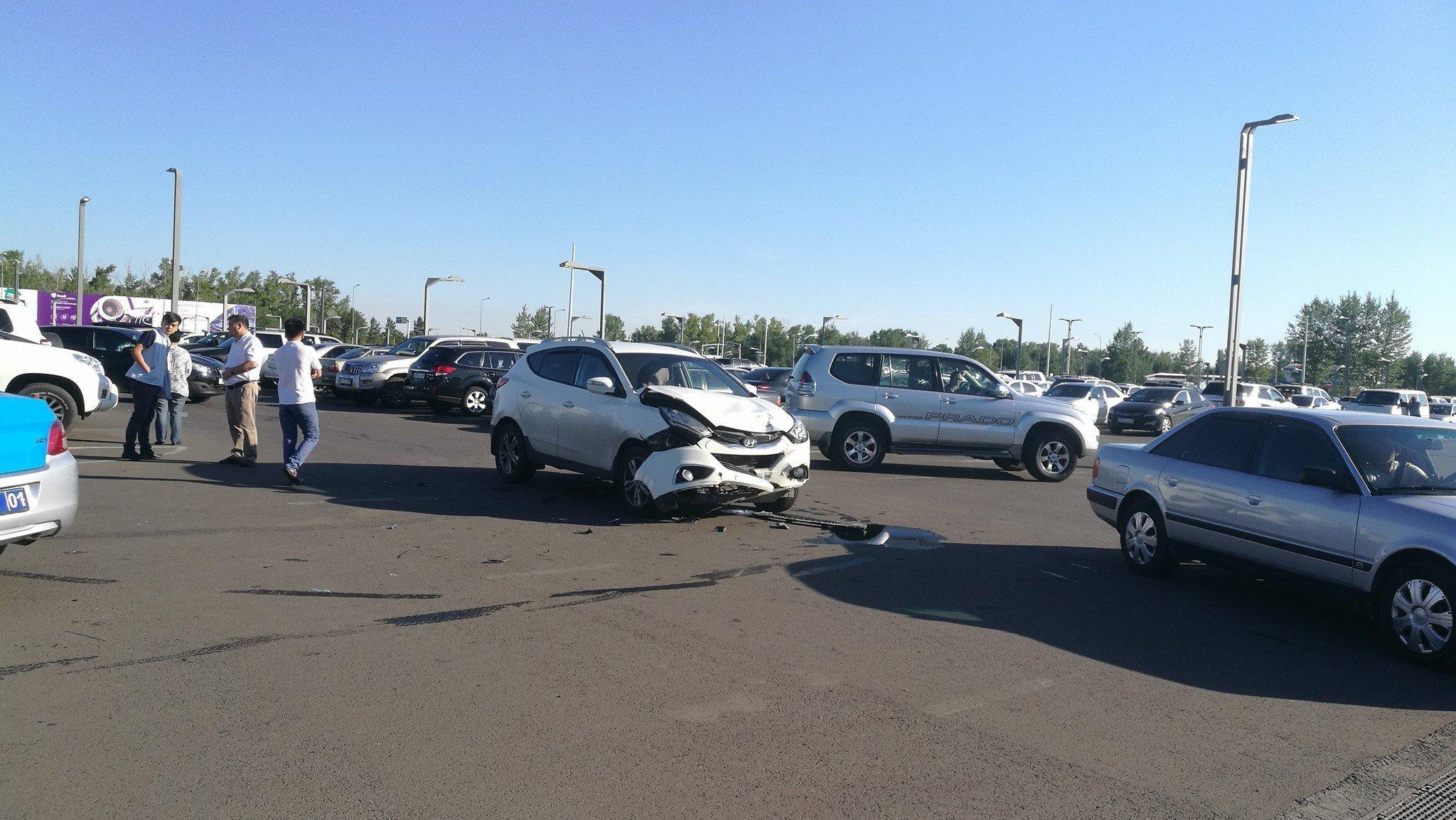 Внедорожник перевернулся на парковке аэропорта в Астане