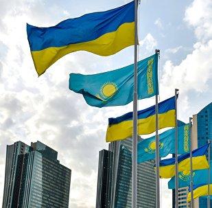 Государственные флаги Украины и Казахстана в Астане, архивное фото