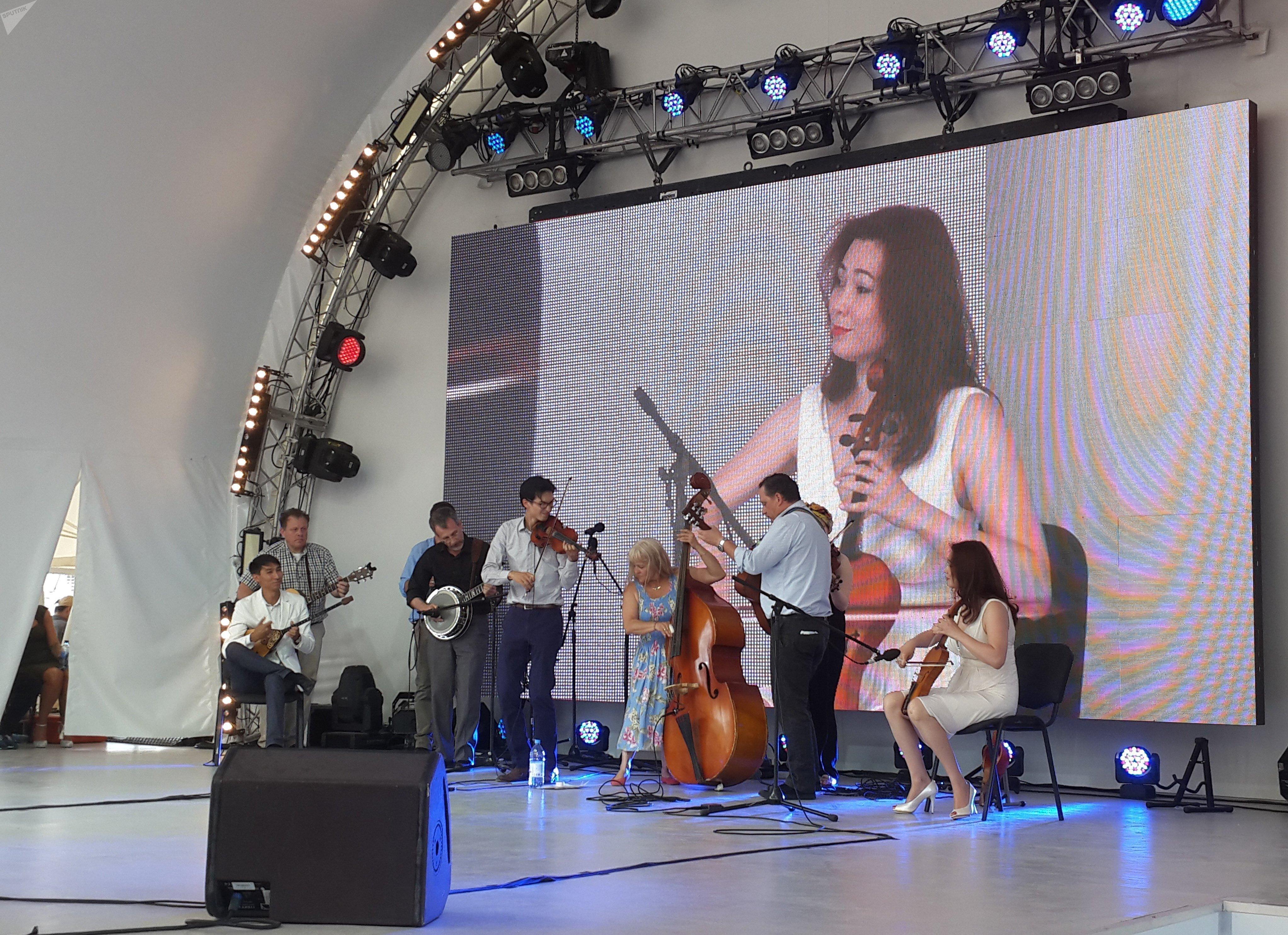 Артисты исполнили микс из казахстанских и американских мелодий
