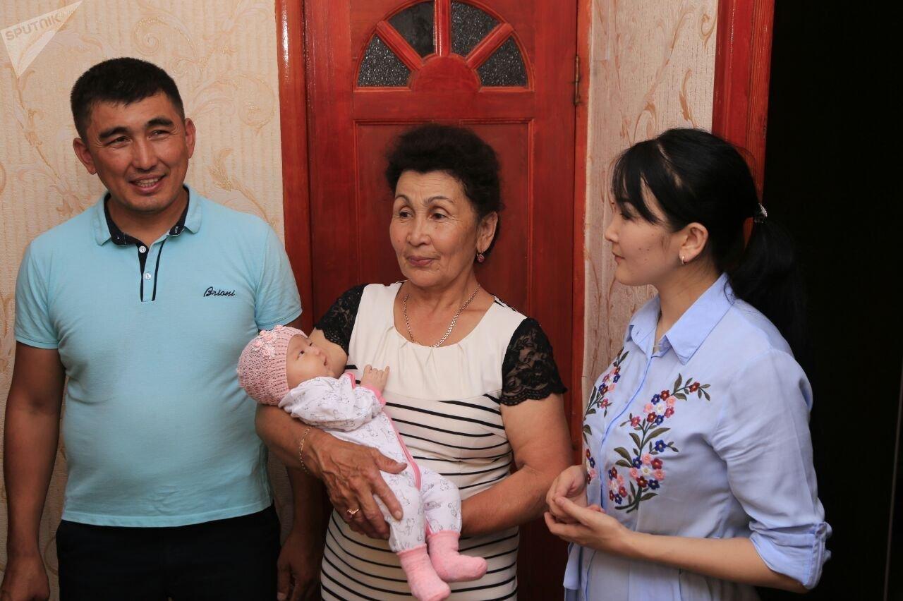 Амандык Баталов в гостях семьи, где родилась 18-миллионная жительница Казахстана