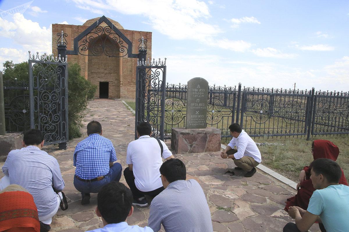 Паломники у мавзолея Алаш-хана