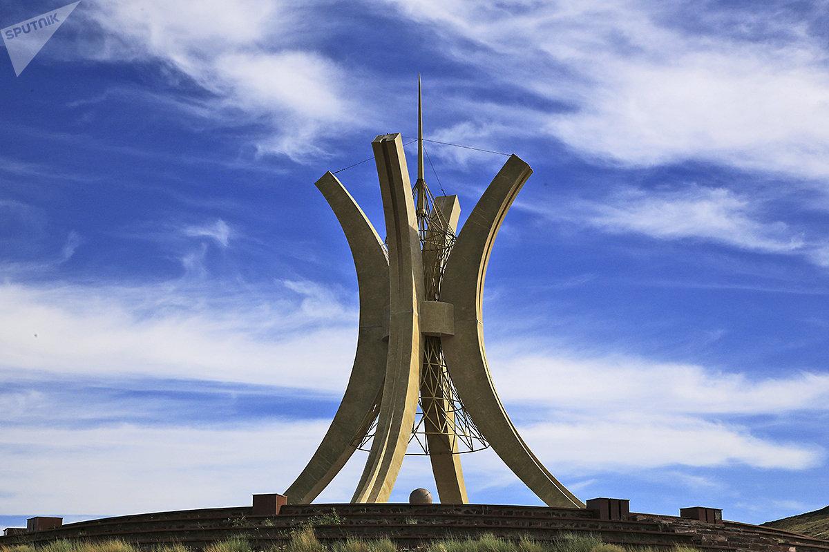 Стела, символизирующая объединение казахских жузов