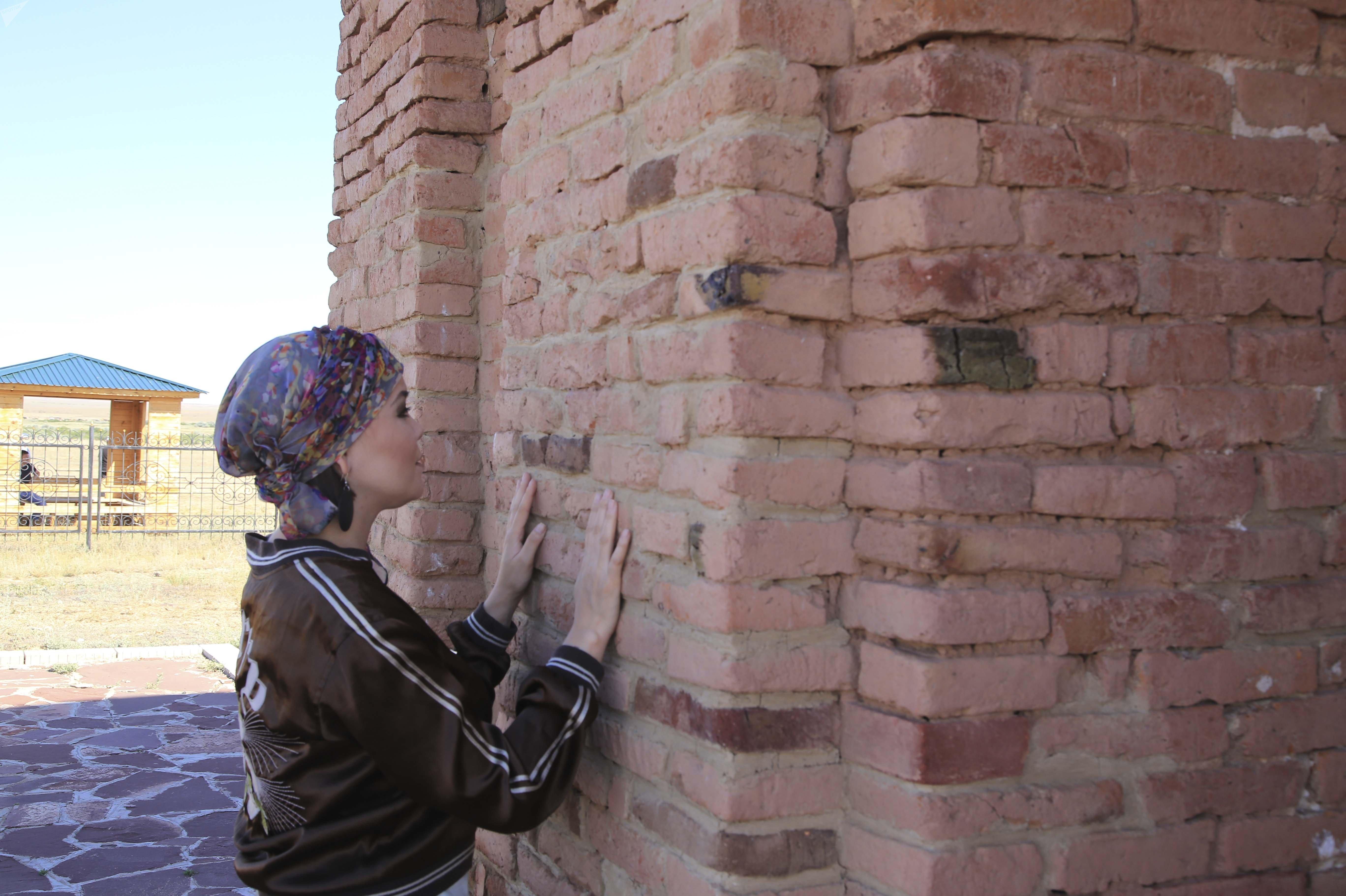 У стен мавзолея Жошы хана