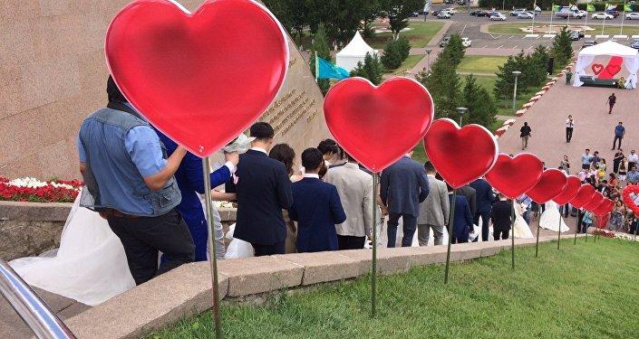 Церемония массового бракосочетания в Астане