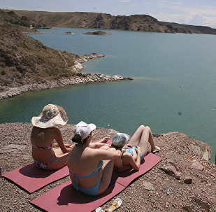 Отдыхающие на берегу Капшагая