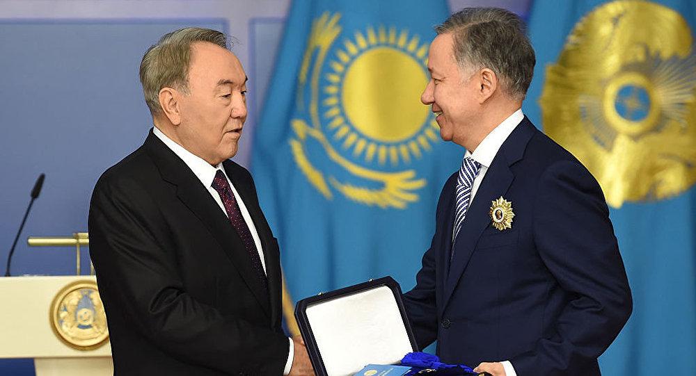 Нурсултан Назарбаев вручает орден Нурлану Нигматулину, архивное фото