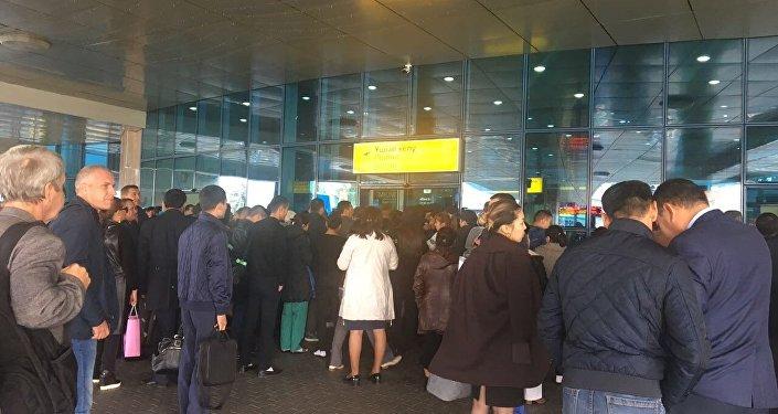 Пассажиры возвращаются в аэропорт Алматы после эвакуации