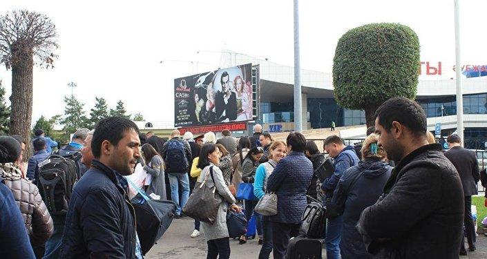 Жолаушылар эвакуациядан кейін Алматы әуежайына оралуда