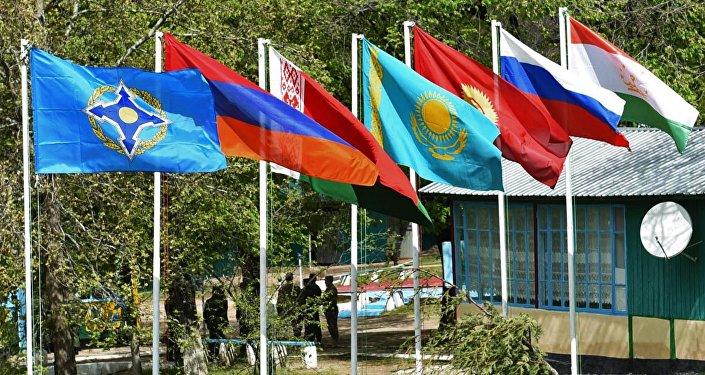 Архивное фото флагов стран-участниц ОДКБ: Таджикистана, России, Киргизии, Казахстана, Белоруссии, Армении и флаг ОДКБ (справа налево)