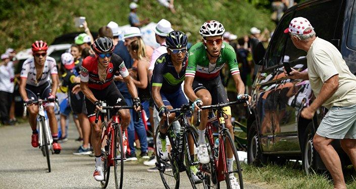 Велогонщик AstanaProTeam Фабио Ару (первый справа)