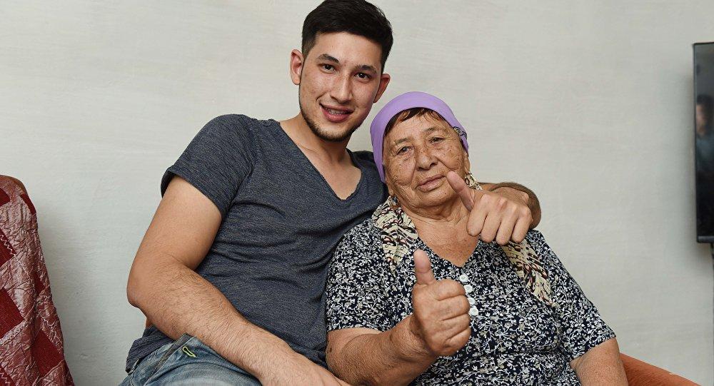78-летняя Мариям Амраева со своим внуком Дильшодом Ибрагимовым