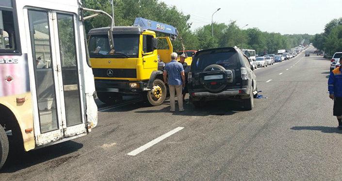 Водитель внедорожника устроил ДТП на мосту в Алматы
