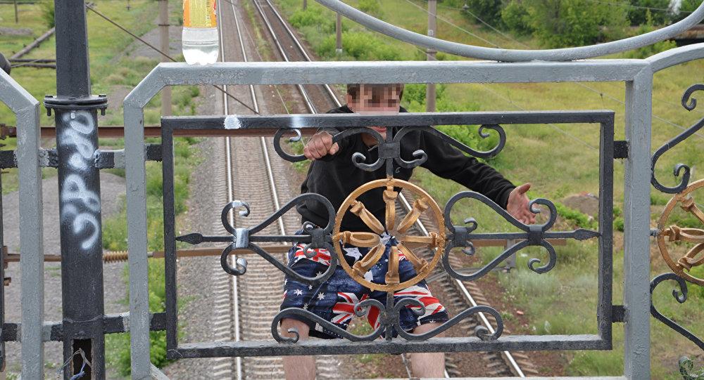 Два часа уговаривали полицейские не прыгать с моста мужчину в Караганде