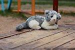 Плюшевая игрушка на детской площадке, архивное фото