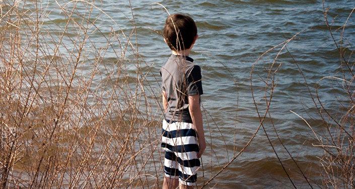 Мальчик на берегу реки