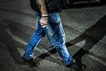 Человек с ломом в руке, архивное фото