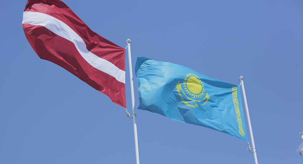 Флаги Казахстана и Латвии