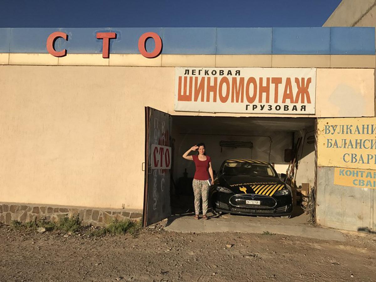Автомобиль Тесла на пути из Алматы в Астану