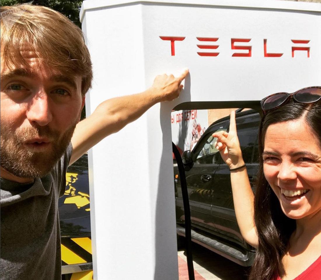 Электропутешественники Бенедикт Уммен и Магдалена Витти преодолели полмира, проехав через Европу и Азию на арендованном автомобиле Тесла, чтобы добраться до Казахстана