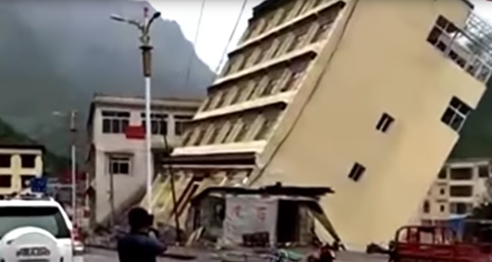 Пятиэтажный дом рухнул из-за наводнения в Китая