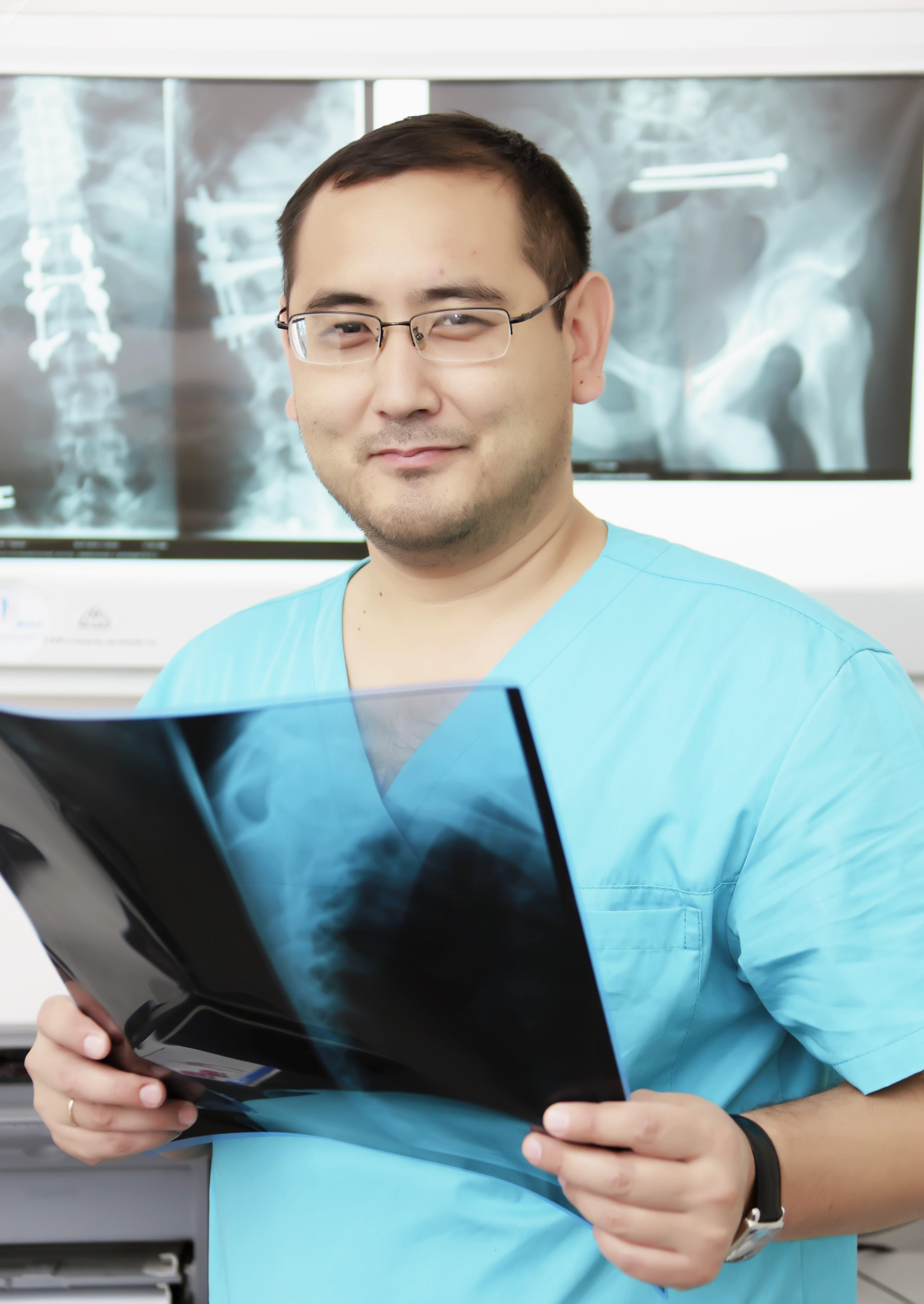Заведующий отделением травматологии № 1 Научно-исследовательского института травматологии и ортопедии РК Олжас Бекарисов