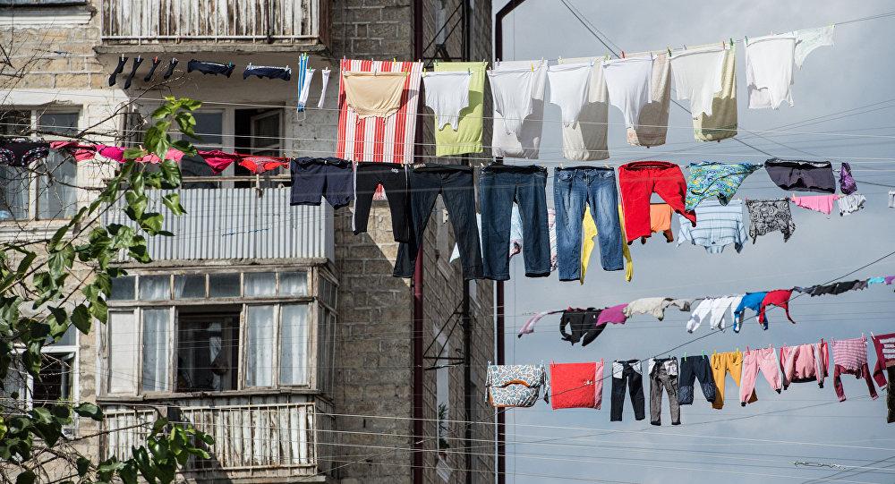 Сушка белья в жилом квартале, архивное фото
