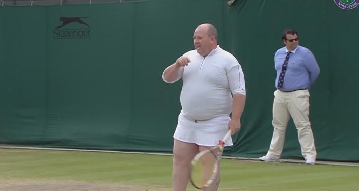 Зритель вышел на корт Уимблдона и показал, как играть в теннис