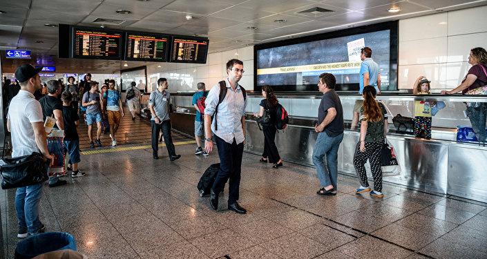 Пассажиры в Международном аэропорту ататюрк в Стамбуле, архивное фото