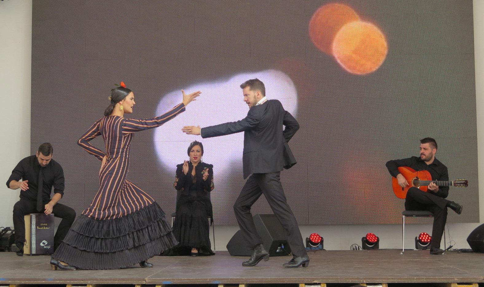 Лусия Мигель и Хосе Мальдонадо танцуют фламенко в ходе национального дня Испании