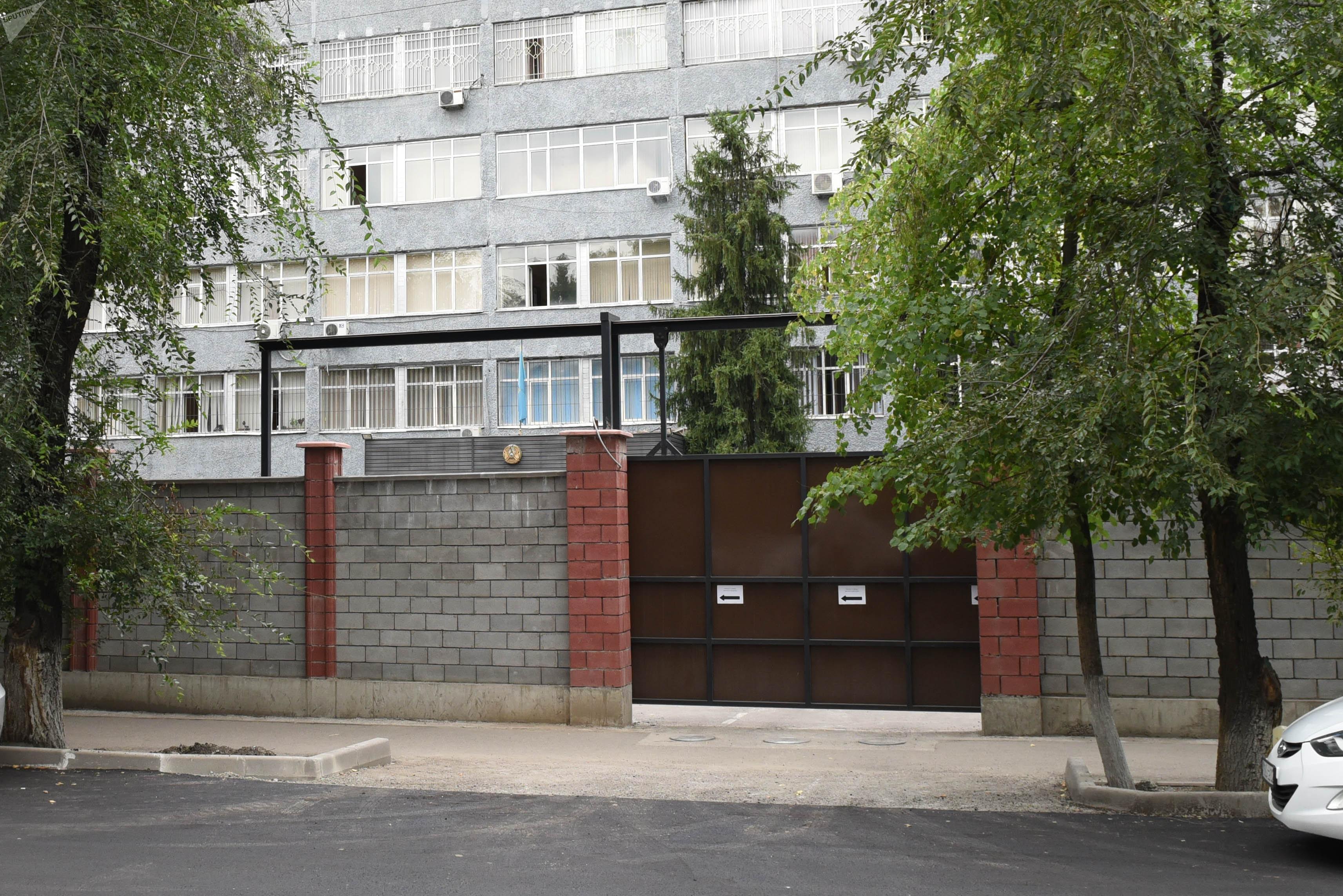 Здание Алмалинского РУВД обнесли забором