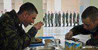 Солдаты-срочники в столовой